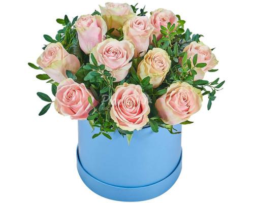 11 розовых роз в коробке