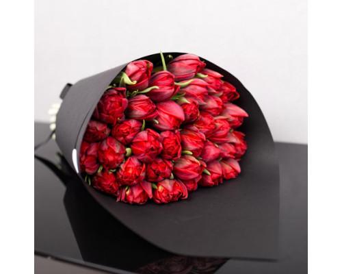 25 красных тюльпанов в черной упаковке
