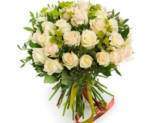 35 кремовых роз с зеленью